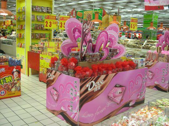 商场超市装饰:精美展厅,展柜,货架,酒柜,吊旗制作